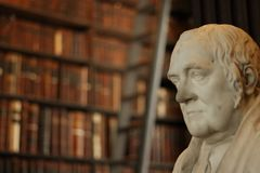 Biblioteca velha no Trinity College, Dublin sculpture fotos de stock
