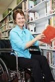 Bibliotecario en sillón de ruedas Fotos de archivo libres de regalías