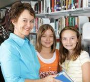 Bibliotecario y estudiantes Foto de archivo libre de regalías