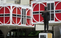 Bibliotecas virtuales y la estatua Imagenes de archivo