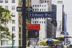 Bibliotecznego sposobu drogowy znak obok NY biblioteki publicznej, ulicy i Zdjęcie Royalty Free