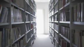 Bibliotek półki z udziałami książki zbiory wideo