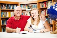 Biblioteka - ojciec córka obrazy royalty free