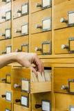 Bibliotekarek bibliotecznych kart otwarty wskaźnik fotografia stock