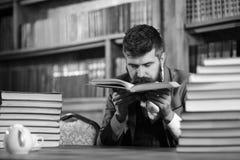 Bibliotekarie med en bok Skatter av vetenskapsbegreppet Man med skägget i klassisk dräkt, fotografering för bildbyråer