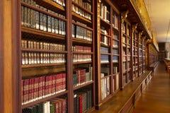 Biblioteki Uniwersyteckiej wnętrze Półka na książki z antycznymi książkami obrazy royalty free