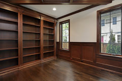 bibliothèque à la maison de construction neuve Photographie stock libre de droits