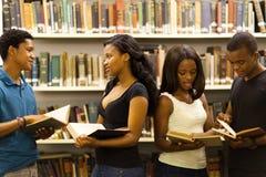 Bibliothèque africaine d'étudiants photos libres de droits
