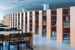 Bibliothèque avec le bureau et l'étagère de table Photos stock