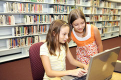 Bibliothèque d'école - en ligne Images stock