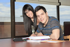 Bibliothèque d'étudiant de couples Photo stock