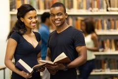 Bibliothèque d'étudiants de groupe images stock