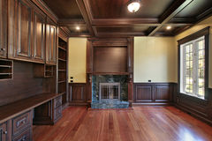 Bibliothèque dans la maison de luxe Photo stock