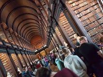 Bibliothèque de biblioteca de personnes d'université de trinité de dublino de Dublin Photographie stock libre de droits