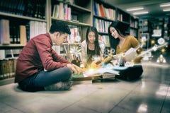 Bibliothèque de Reading Book In d'étudiant Photos libres de droits