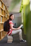 Bibliothèque de Reading Book In d'étudiant Photographie stock