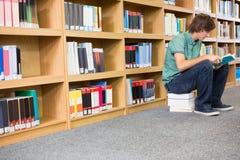 Bibliothèque de Reading Book In d'étudiant Photo stock