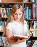 Bibliothèque de Reading Book In d'étudiante Photos libres de droits