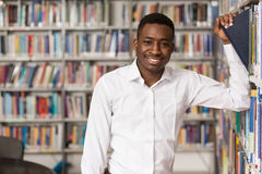 Bibliothèque heureuse de With Book In d'étudiant masculin Photographie stock libre de droits