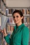 Bibliothèque heureuse de With Book In d'étudiante Photographie stock libre de droits