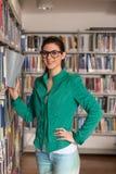 Bibliothèque heureuse de With Book In d'étudiante Images stock