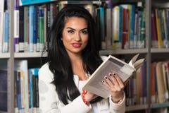 Bibliothèque heureuse de With Book In d'étudiante Images libres de droits