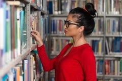 Bibliothèque heureuse de With Book In d'étudiante Photographie stock