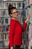 Bibliothèque heureuse de With Book In d'étudiante Photos stock