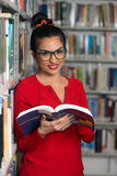 Bibliothèque heureuse de With Book In d'étudiante Photos libres de droits