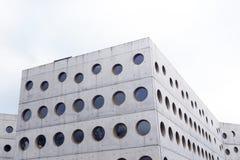 Bibliothèque moderne de bâtiment en béton images libres de droits