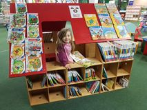 Bibliothèque municipale dans l'école Images stock