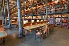 Bibliothèque nationale de la Suède avec les étagères et les colonnes historiques Images libres de droits