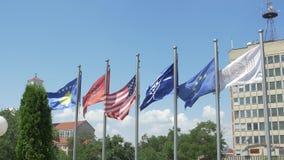 Bibliothèque nationale des drapeaux de Kosovo banque de vidéos