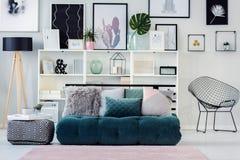 Bibliothèques et divan avec des oreillers photographie stock