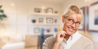 Bibliothécaire, étudiant ou femme d'affaires assez blond avec le crayon dans le bureau Image libre de droits