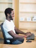 Bibliothécaire Working On Computer au bureau de bibliothèque image libre de droits