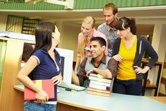 Bibliothécaires aidant l'étudiant Photographie stock libre de droits
