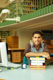 Bibliothecaris bij bureau Stock Foto