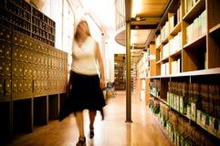 Bibliothecaris in een bibliotheekdoorgang royalty-vrije stock fotografie
