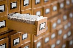 Bibliotheek of archief de catalogus van de verwijzingskaart Gegevensbestand, kennisbankconcept Stock Fotografie
