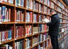 Bibliotheek, boekenrek stock afbeelding