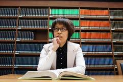 Bibliotheek, boekenrek, lezing, het denken  Royalty-vrije Stock Afbeelding