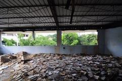 Bibliotheek in een verlaten school stock foto