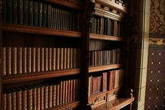 Bibliotheek met vele oude boeken in het Kasteel van Cardiff in de stad Cardiff in Wales stock foto