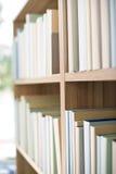 Bibliotheek - rij van boeken op boekenrek royalty-vrije stock afbeeldingen