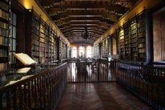 Bibliotheek woth oude boeken van het Santo Domingo-klooster stock afbeelding