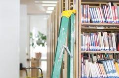 Bibliotheekboekenrekken Stock Foto