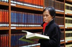 Bibliothek, Bücherregal, Lesung, denkend Stockbilder