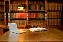 Bibliothek, Computer und Schreibtisch Stockbilder