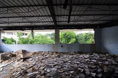 Bibliothek in einer verlassenen Schule stockfoto